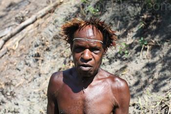 Hombre Papúa en traje tradicional