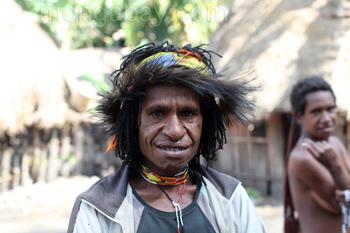 Frau vom Dani-Stamm mit Kasuarenkopfbedeckung.