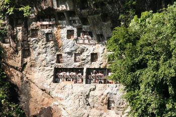 Efigies de madera de personas muertas en Toraja