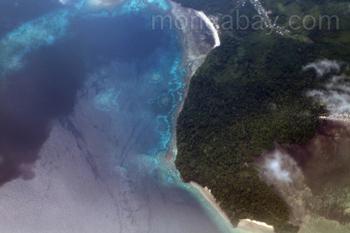 Korallenriff und Wald vor der Küste Neuguineas