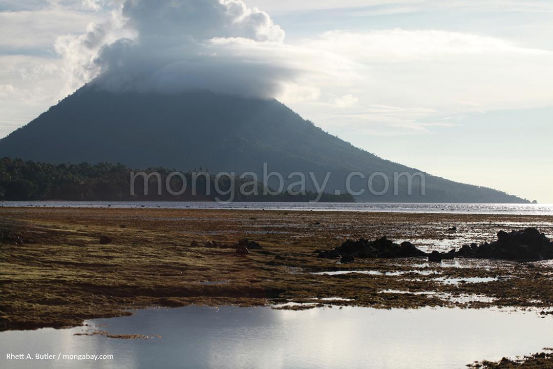 Vulkaninsel vor Sulawesi
