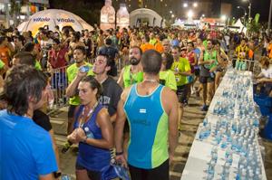 Los participantes de la 73° edición de la corrida Doble San Antonio contaron con la hidratación de Vitale