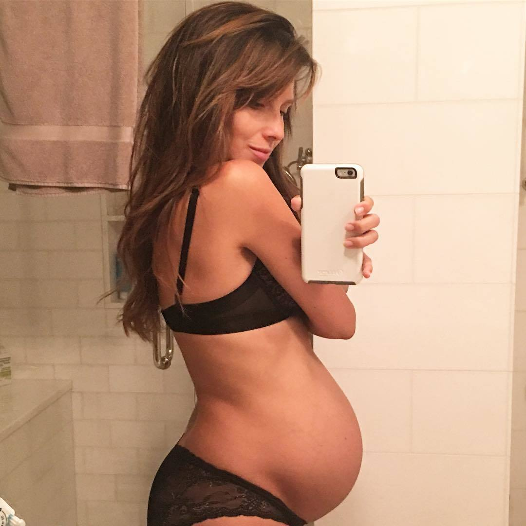 59dce5149e0 Pregnant with her third child with her husband, Alec Baldwin, Hilaria isn't  afraid to post a #mirrorselfie.