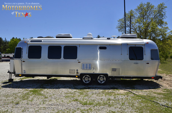 C1999 2016 airstream classic 30jwb  queen rear 896
