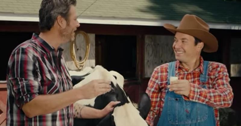 Blake Shelton really tries to teach Jimmy Fallon to milk a cow