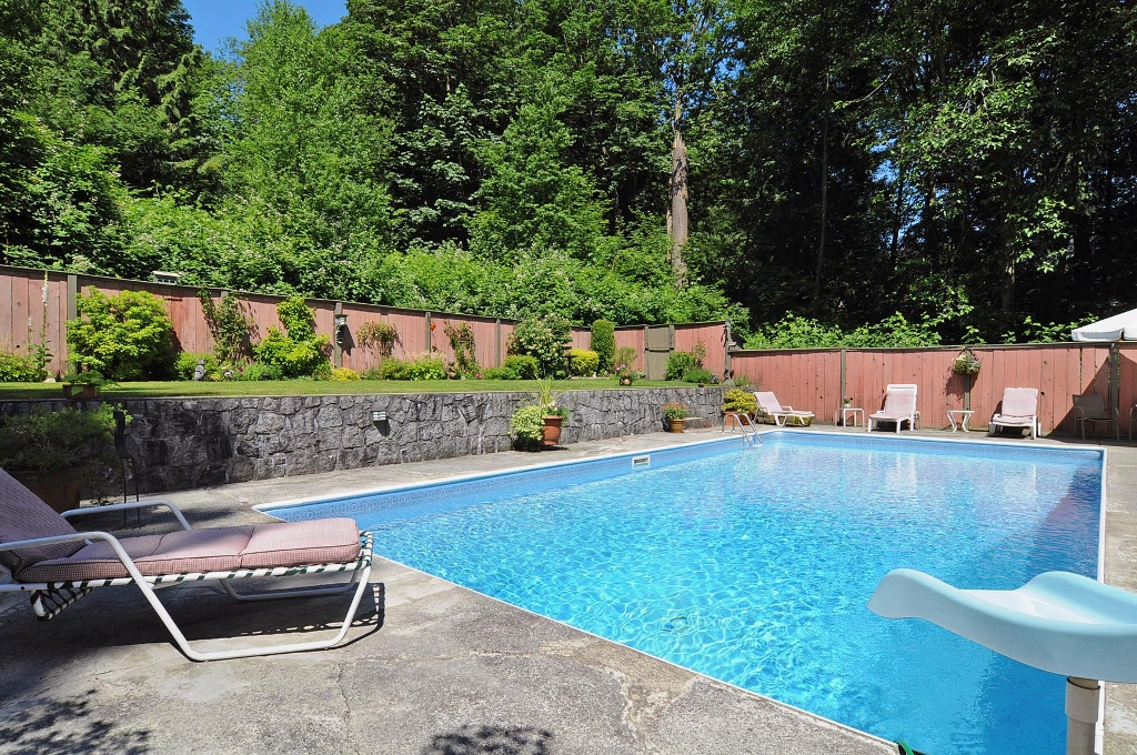 Photo 4: 1235 DEEP COVE Road in North Vancouver: Deep Cove House for sale : MLS(r) # V899064