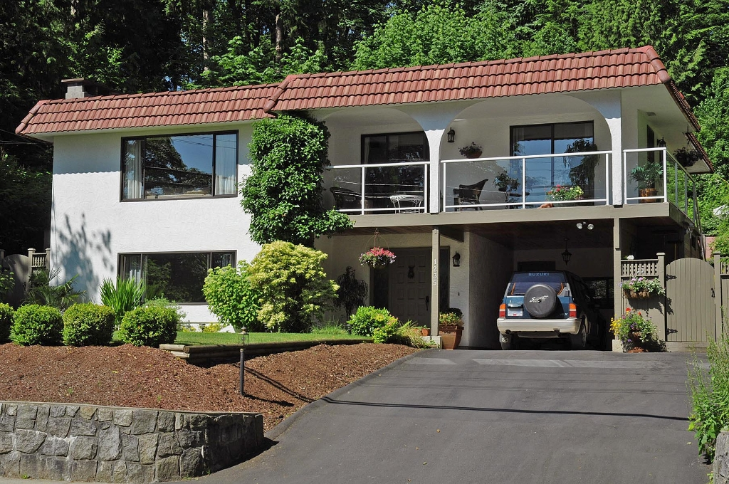 Photo 2: 1235 DEEP COVE Road in North Vancouver: Deep Cove House for sale : MLS(r) # V899064
