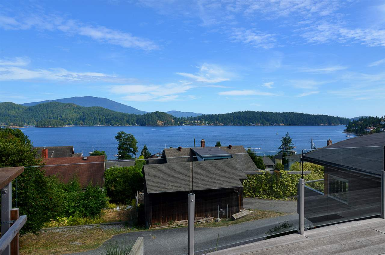 "Main Photo: 634 GIBSONS Way in Gibsons: Gibsons & Area House for sale in ""Heritage Hills"" (Sunshine Coast)  : MLS® # R2197960"