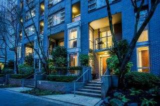 "Main Photo: TH121 1288 MARINASIDE Crescent in Vancouver: Yaletown Townhouse for sale in ""Crestmark I"" (Vancouver West)  : MLS® # R2231345"