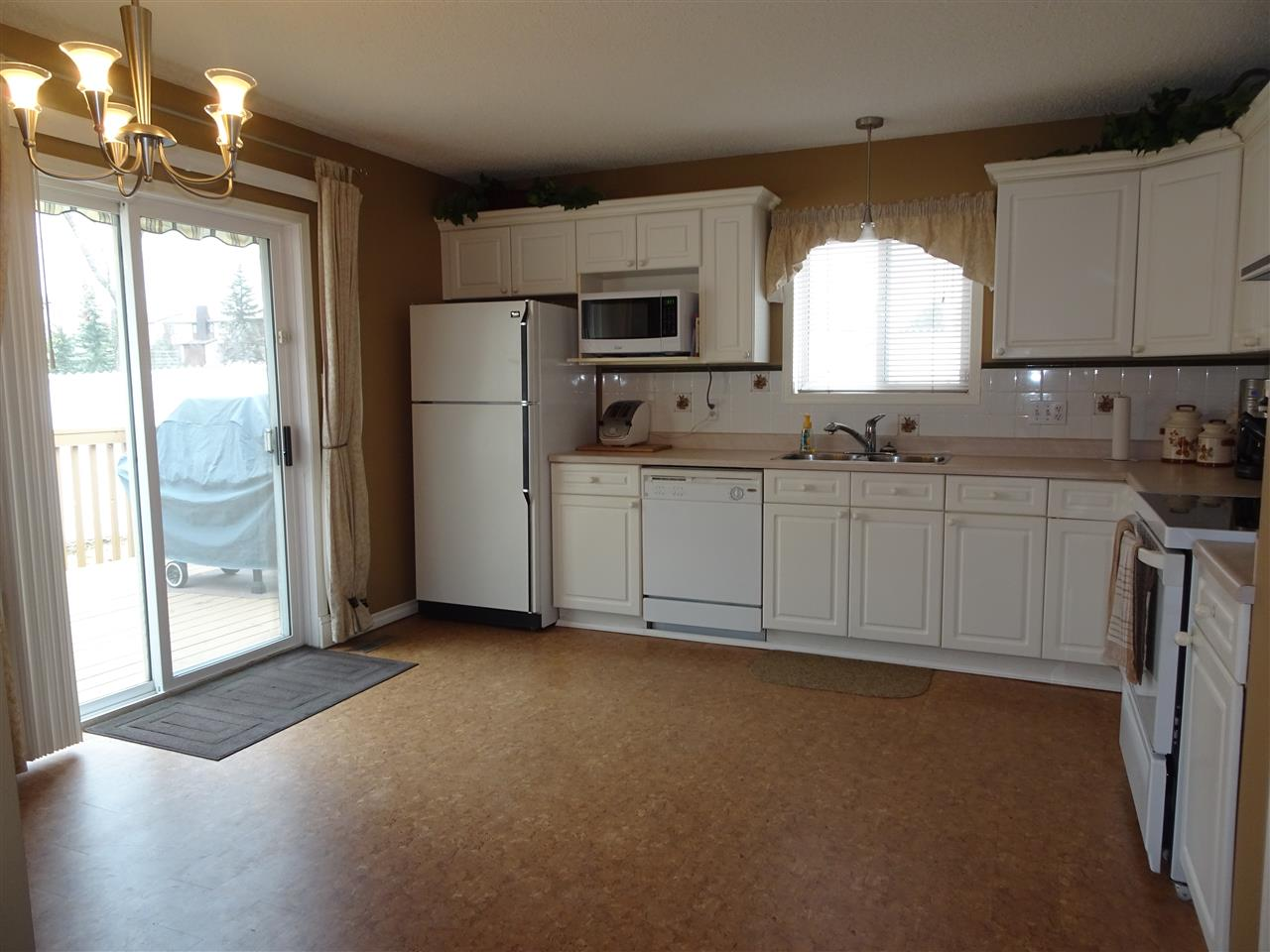 Photo 3: 8146 27 Avenue in Edmonton: Zone 29 House Half Duplex for sale : MLS® # E4059201