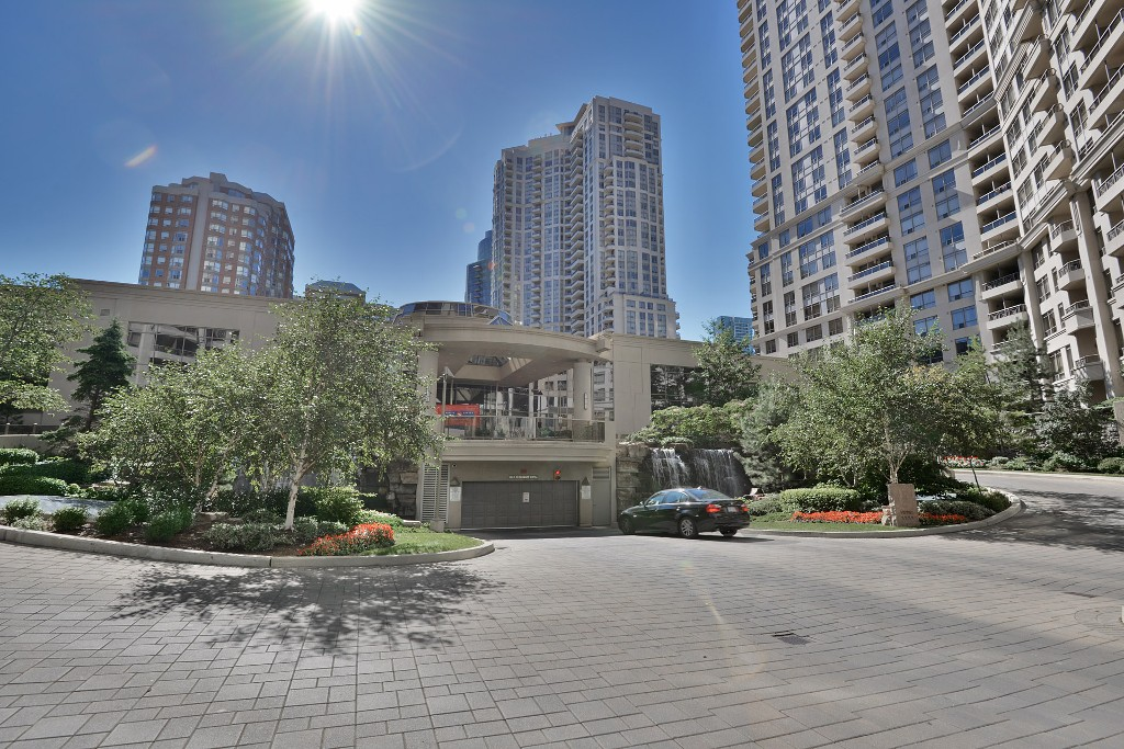 Main Photo: 16 3880 Duke Of York Boulevard in Mississauga: City Centre Condo for sale : MLS®# W2811487