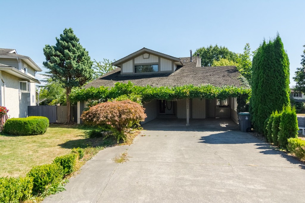 Main Photo: 19546 63 Avenue in Surrey: Clayton House for sale (Cloverdale)  : MLS®# R2103342