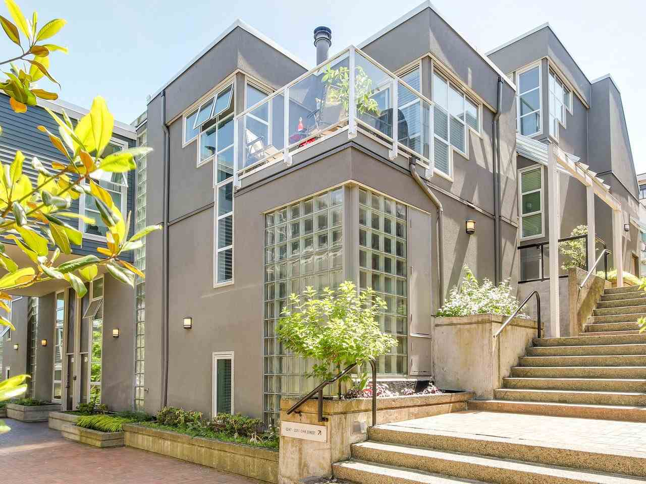 "Main Photo: 2247 OAK Street in Vancouver: Fairview VW Townhouse for sale in ""The Sixth Estates"" (Vancouver West)  : MLS(r) # R2175723"