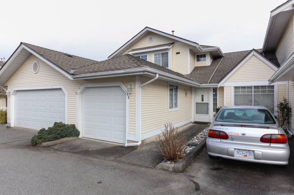 "Main Photo: 16 8737 212 Street in Langley: Walnut Grove Townhouse for sale in ""Chartwell Green"" : MLS® # R2247536"