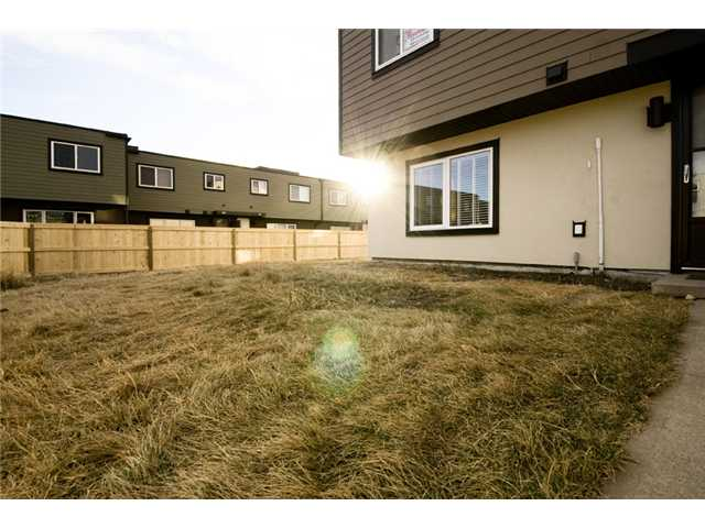 Photo 2: 107 3809 45 Street SW in CALGARY: Glenbrook Townhouse for sale (Calgary)  : MLS® # C3499753