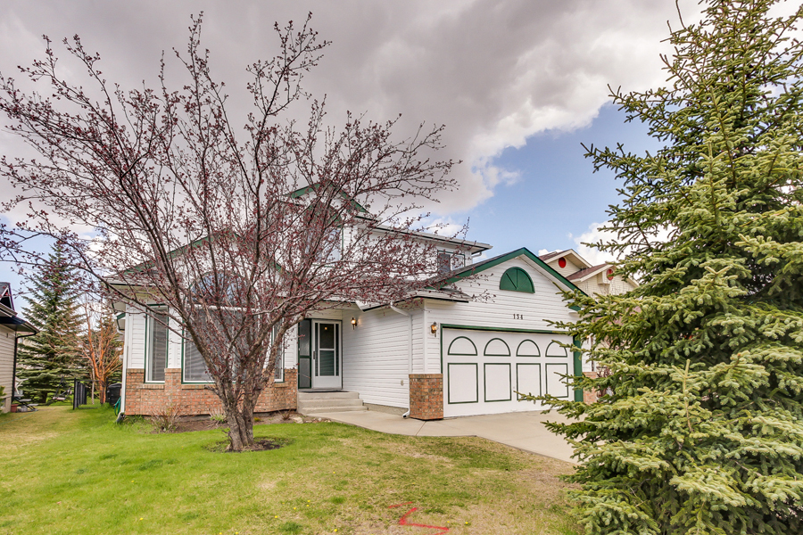 Main Photo: 134 Edgebrook Close NW in Calgary: 2 storey for sale : MLS® # C3616951