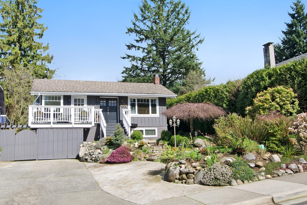 Main Photo: 370 W QUEENS Road in North Vancouver: Upper Lonsdale House for sale : MLS(r) # R2049324
