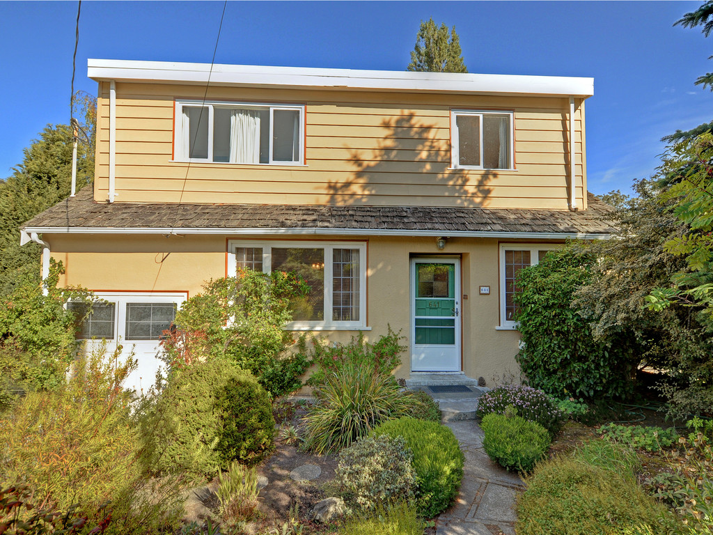 Main Photo: 641 Oliver Street in VICTORIA: OB South Oak Bay Single Family Detached for sale (Oak Bay)  : MLS®# 383236