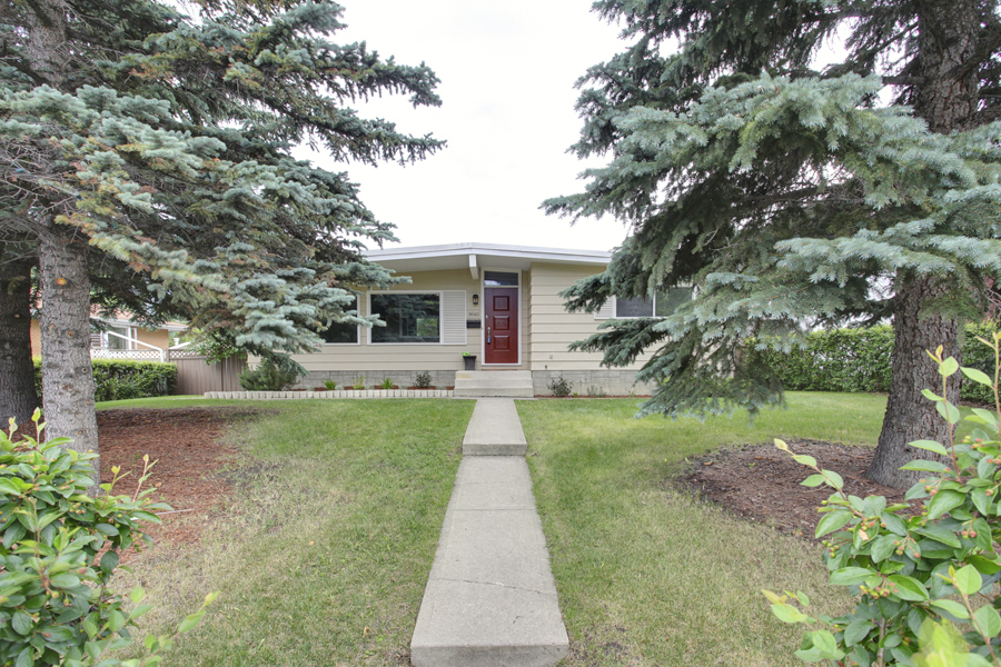 Main Photo: 9640 24 Street SW in Calgary: House for sale : MLS® # C3628130