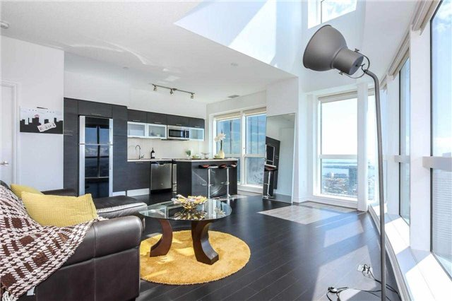 Main Photo: 386 Yonge St Unit #5711 in Toronto: Bay Street Corridor Condo for sale (Toronto C01)  : MLS® # C3611063