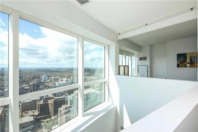 Photo 2: 386 Yonge St Unit #5711 in Toronto: Bay Street Corridor Condo for sale (Toronto C01)  : MLS® # C3611063
