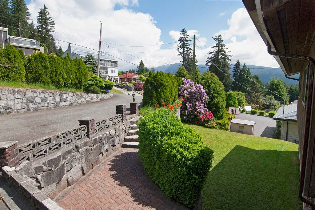 Photo 3: 1141 KILMER RD in North Vancouver: Lynn Valley House for sale : MLS(r) # V1009360