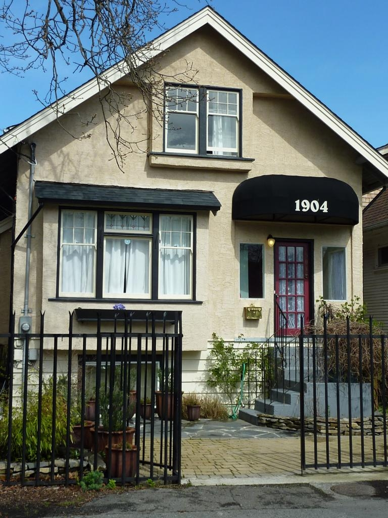 Main Photo: 1904 Leighton Rd in Victoria: Residential for sale : MLS® # 291379