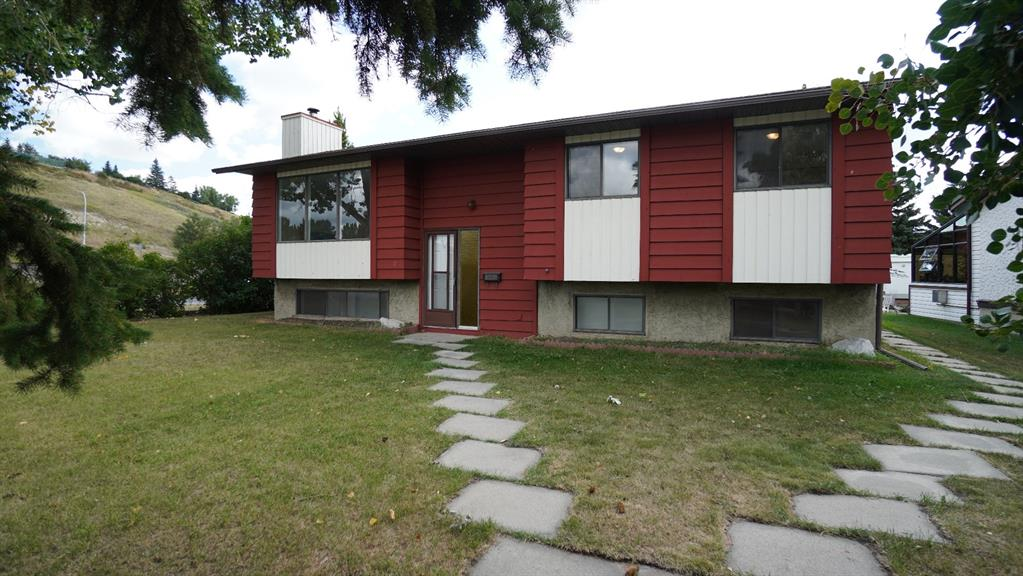 FEATURED LISTING: 2 GLENBROOK Crescent Cochrane