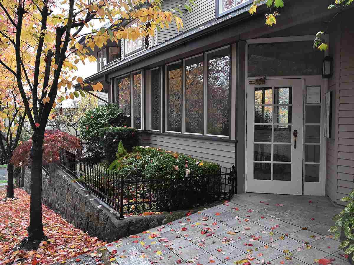 "Main Photo: 13 1620 BALSAM Street in Vancouver: Kitsilano Townhouse for sale in ""OLD KITS TOWNHOMES"" (Vancouver West)  : MLS® # R2012310"