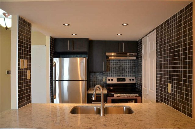 Main Photo: 802 265 Enfield Place in Mississauga: City Centre Condo for sale : MLS®# W3265387