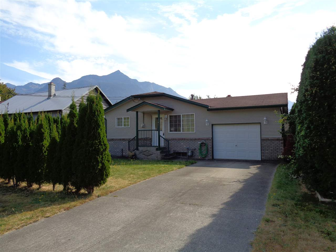 Main Photo: 241 CARIBOO Avenue in Hope: Hope Center House for sale : MLS® # R2104090