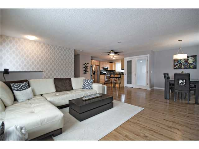 Photo 2: 6628 LAW Drive SW in CALGARY: Lakeview Residential Detached Single Family for sale (Calgary)  : MLS® # C3594389