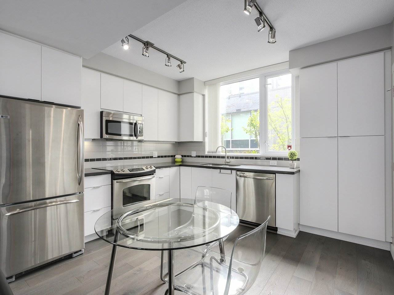 "Photo 3: 112 9025 HIGHLAND Court in Burnaby: Simon Fraser Univer. Townhouse for sale in ""HIGHLAND HOUSE"" (Burnaby North)  : MLS® # R2163984"