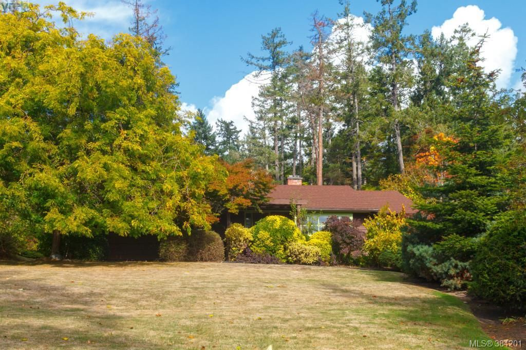 FEATURED LISTING: 710 Aboyne Avenue NORTH SAANICH