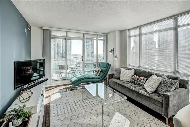 Main Photo: 381 Front St W Unit #1910 in Toronto: Waterfront Communities C1 Condo for sale (Toronto C01)  : MLS®# C4054680
