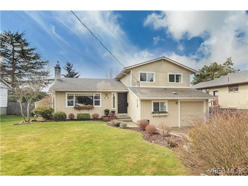 Main Photo: 2207 Edgelow Street in VICTORIA: SE Arbutus Residential for sale (Saanich East)  : MLS®# 334000