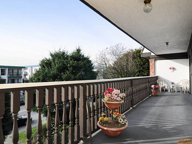 "Photo 3: 204 1610 CHESTERFIELD Avenue in North Vancouver: Central Lonsdale Condo for sale in ""CANTERBURY HOUSE"" : MLS® # V934824"