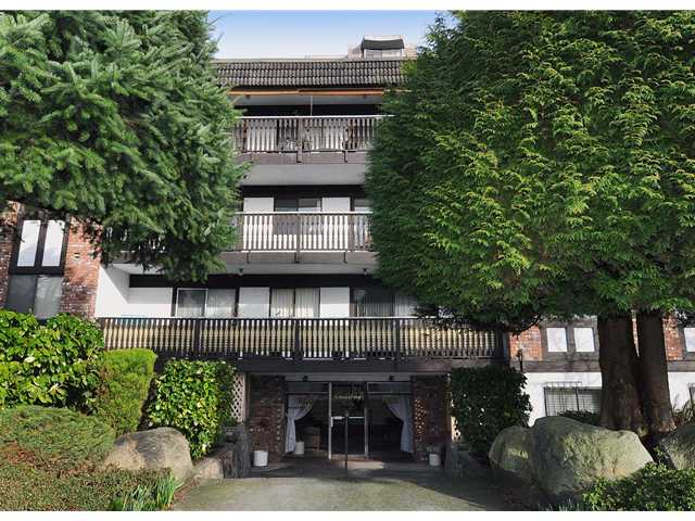 "Main Photo: 204 1610 CHESTERFIELD Avenue in North Vancouver: Central Lonsdale Condo for sale in ""CANTERBURY HOUSE"" : MLS® # V934824"