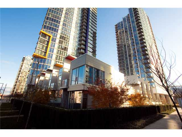 "Main Photo: 1705 131 REGIMENT Square in Vancouver: Downtown VW Condo for sale in ""SPECTRUM"" (Vancouver West)  : MLS®# V928807"