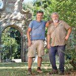 圣朱斯托一个Rentennano葡萄园经理卢卡·尼(左)和他的弟弟弗朗西斯科家族酒庄外石牌楼前金宝博手机