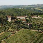 空中拍摄的经典基安蒂农村与圣朱斯托一个Rentennano酒厂和葡萄园桑娇维塞在前台金宝博手机