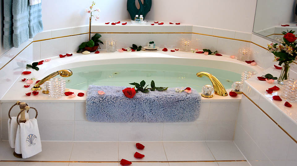 Jacuzzi for two at Island Cottage Oceanfront Inn and Spa