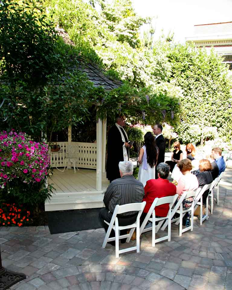 wedding_in_courtyard