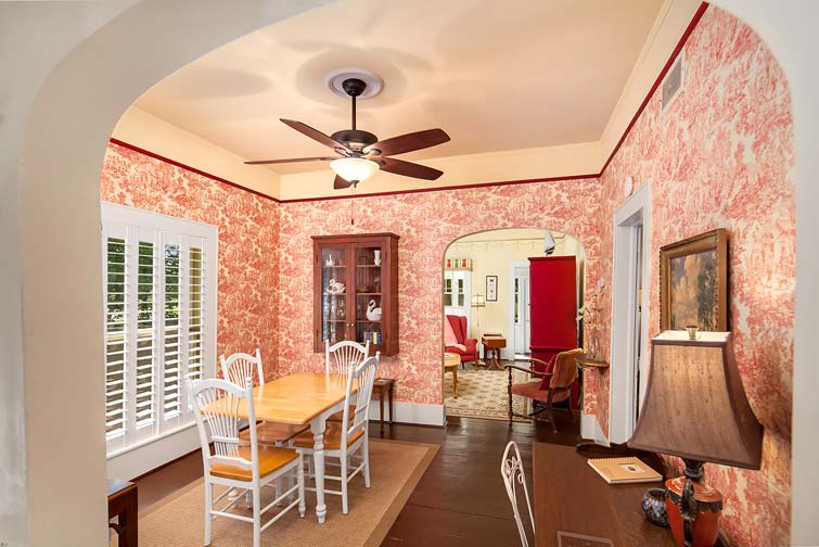 casual dining space for 4 persons at Swan Cottage