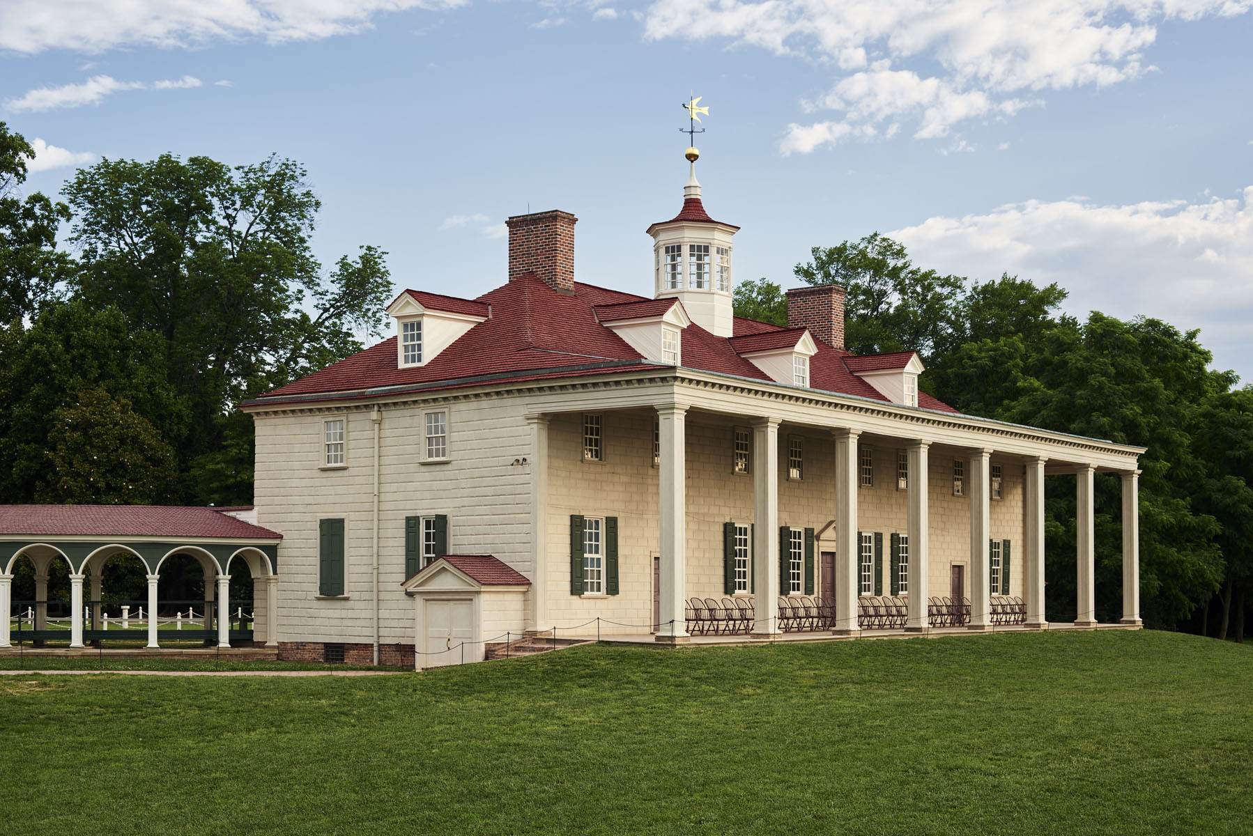 George Washington's iconic mansion overlooks the Potomac River