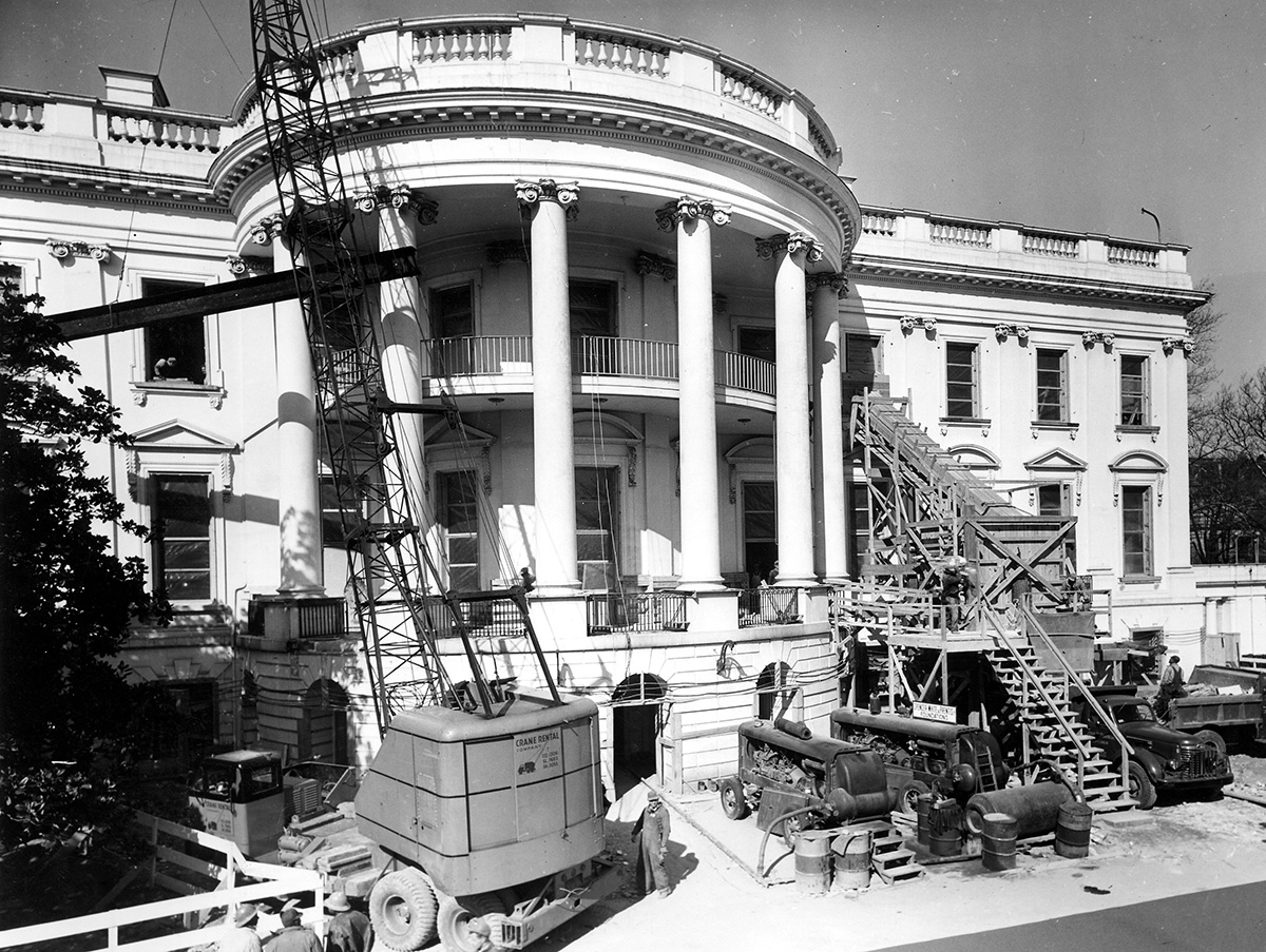 Removing debris from the White House in February 1950 (Wikimedia)