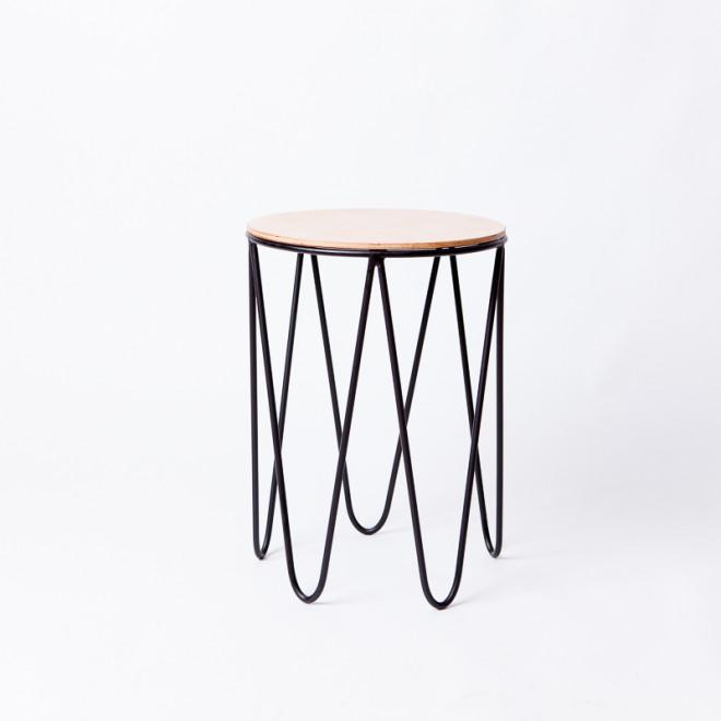 mesa lateral em aço e madeira compensada