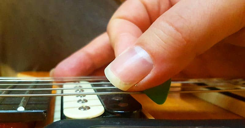 How to perform downstrokes with a guitar pick