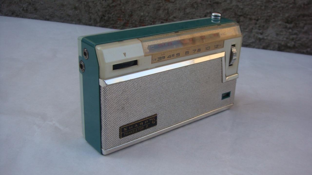 b27f0468a Rádio portátil Sharp BX-338 com duas faixas dos anos 60. Fotos  Reprodução Mercado  Livre Propaganda ...