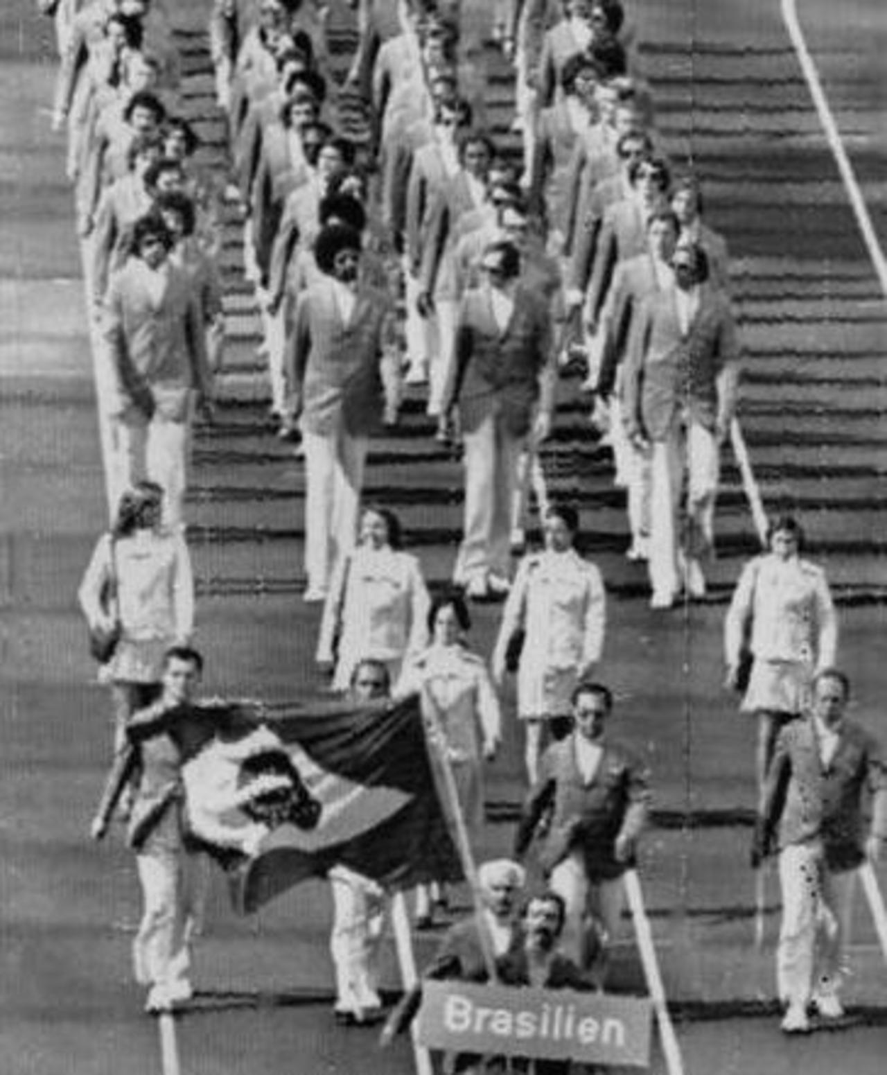 9bf09e1992146 02. Delegação brasileira na abertura das Olimpíadas. Luiz Claudio Menon foi  o porta-bandeira.